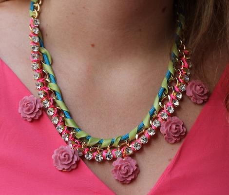 Hacer collar de flores y piedras