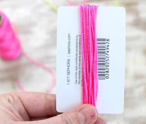 hacer-collar-fluor-con-pompones-2