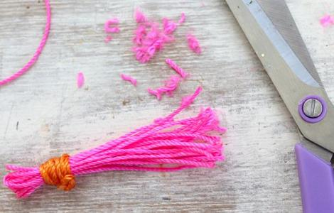 hacer-collar-fluor-con-pompones-4