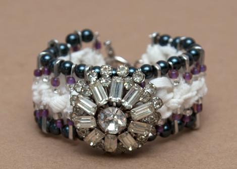 hacer pulseras de imperdibles decoradas