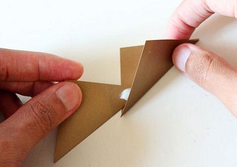 Pegar corona de papel