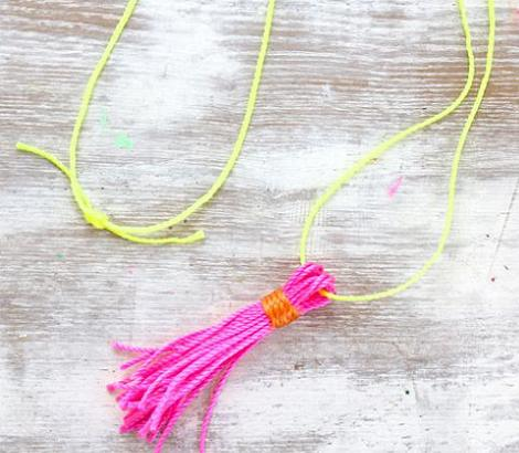 hacer-collar-fluor-con-pompones-5