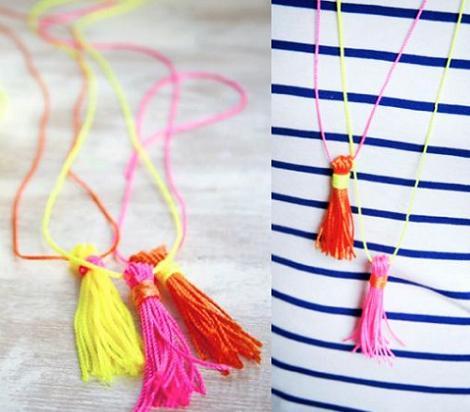 hacer collar fluor con pompones