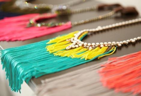 cómo hacer un collar de flecos reciclado