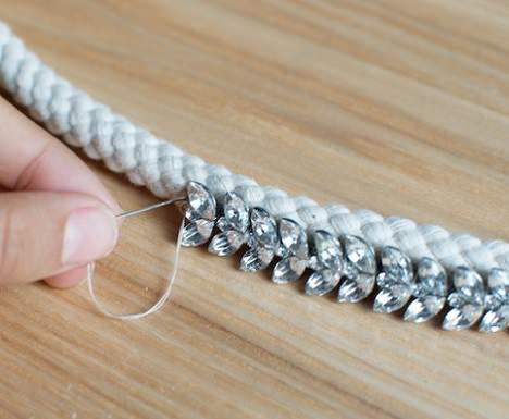 coser pedrería en el cordón