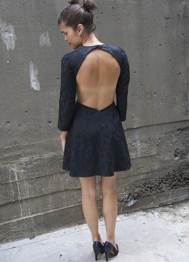 vestido de fiesta con escote en la espalda