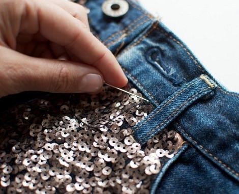 coser lentejuelas a un pantalón